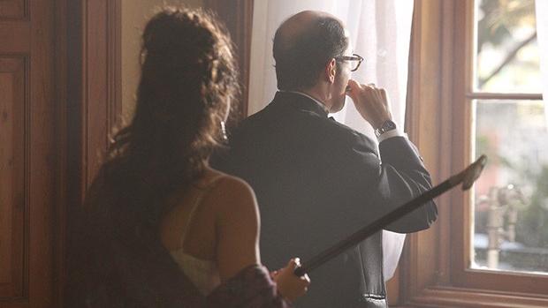 Morena (Nanda Costa) agride o cliente com uma bengala