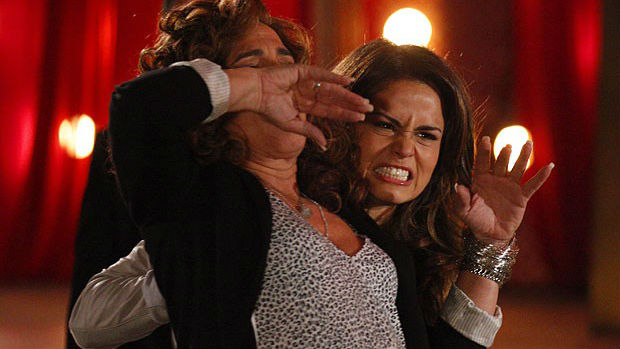Morena (Nanda Costa) bate feio em Wanda (Totia Meirelles) ao descobrir que foi enganada (no ar em 04/12/2012)