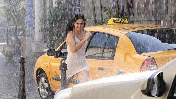 Morena (Nanda Costa) foge e dá de cara com Russo (Adriano Garib) na rua, em Istambul