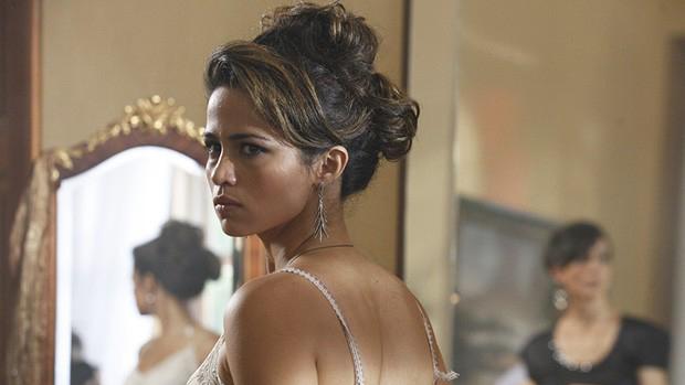 Morena (Nanda Costa) procura maneiras de fugir do quarto