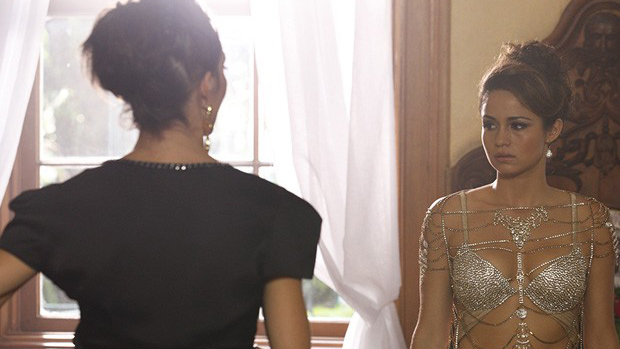 Morena (Nanda Costa) vai para o quarto trocar de roupa