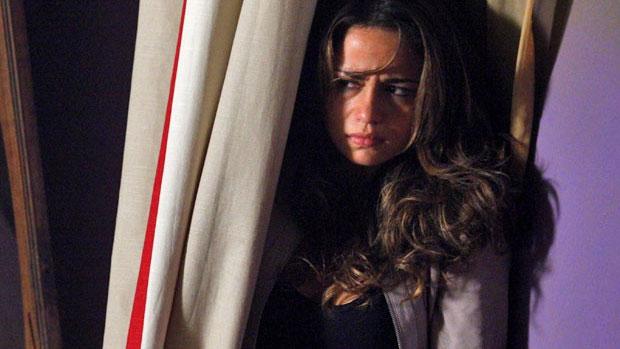 Morena (Nanda Costa) se esconde de Adam (Duda Ribeiro)