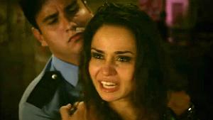 Morena (Nanda Costa) é contida após atacar Lívia (Cláudia Raia): sangue nos olhos e cabelos perfeitos