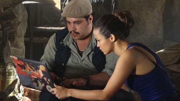 Morena (Nanda Costa) e Demir (Tiago Abravanel) criam perfil falso na internet