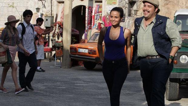 Demir (Tiago Abravanel) ajuda Morena (Nanda Costa) a encontrar emprego na Capadócia
