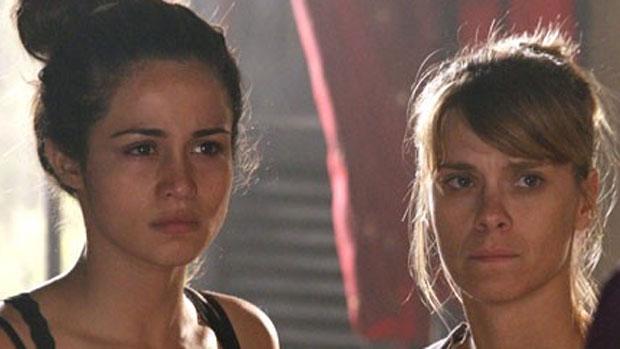 Morena (Nanda Costa) e Jéssica (Carolina Dieckmann) vão ser obrigadas a transportar drogas para o Brasil