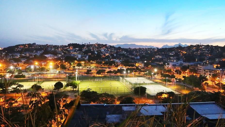 Parque Manoel Bandeira, Cocotá, com o Morro do Dendê ao fundo