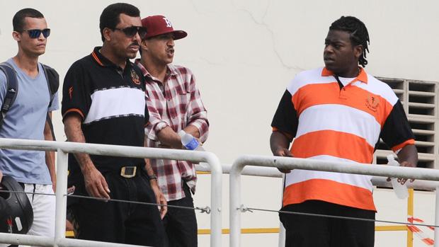 O cantores Mano Brown e Dexter deixam o velório do líder do grupo Charlie Brown Jr., em Santos