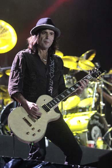 O guitarrista Phil Campbell durante o show do Motörhead no palco Mundo, no terceiro dia do Rock in Rio, em 25/09/2011