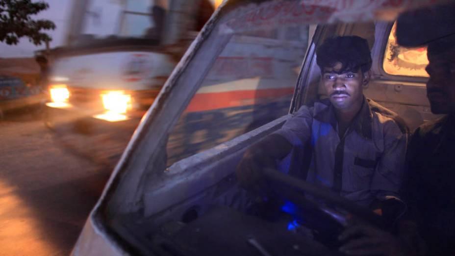Motorista de transporte público aguarda a entrada de passageiros em Daca, Bangladesh