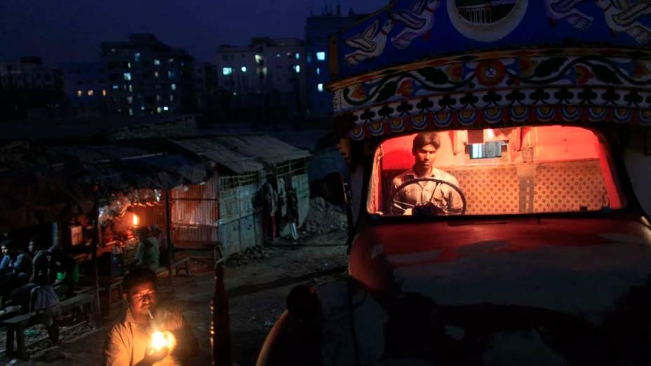 Motoristas se reúnem em Daca, Bangladesh