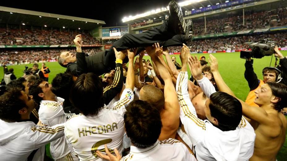 Jogadores do Real Madrid jogam o técnico José Mourinho para o alto após a conquista do Campeonato Espanhol, na vitória por 3 a 0 contra o Athletic Bilbao, fora de casa