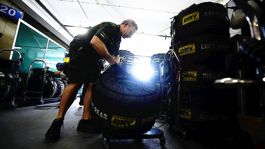 Movimentação nos boxes do circuito de Interlagos, em São Paulo