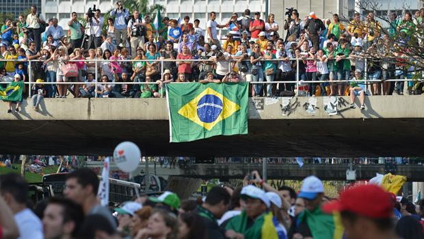 Fiéis aguardam papa Francisco no Rio de Janeiro