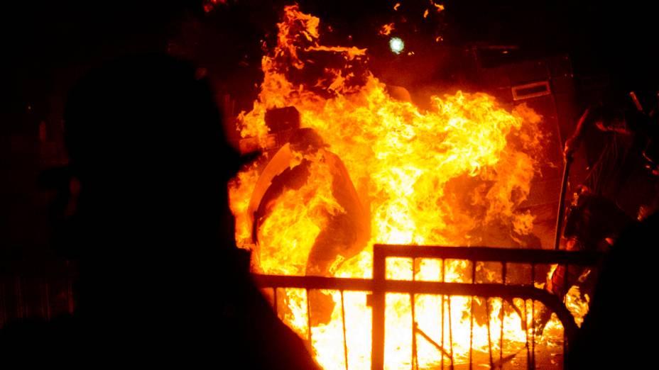 Coquetel molotov explode próximo a policial durante confronto após discurso do papa Francisco no Palácio Guanabara