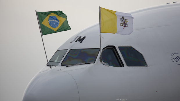 Avião com as bandeiras do Brasil e do Vaticano pousa no Rio de Janeiro