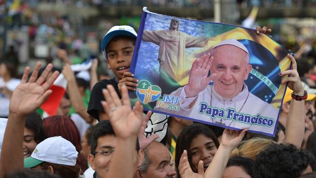 Fiéis aguardam passagem do papamóvel no Rio de Janeiro