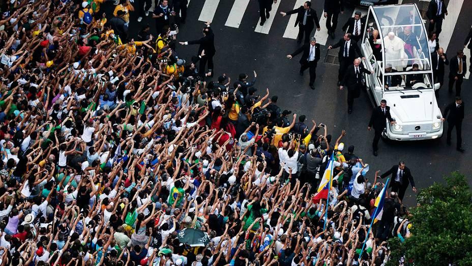 Papa Francisco no papamóvel durante desfile no Rio de Janeiro