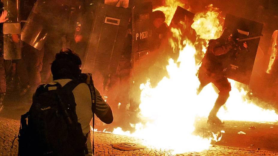 No Rio de Janeiro, fotógrafo Yasuyoshi Chiba momentos antes de ser atingido durante manifestação contra o gasto de 53.000 mil dólares dos cofres públicos gastos na a visita do papa