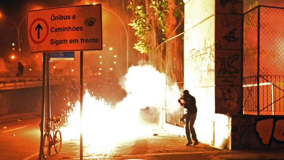 No Rio de Janeiro, bomba explode durante manifestação contra o gasto de 53.000 mil dólares dos cofres públicos gastos na a visita do papa Francisco