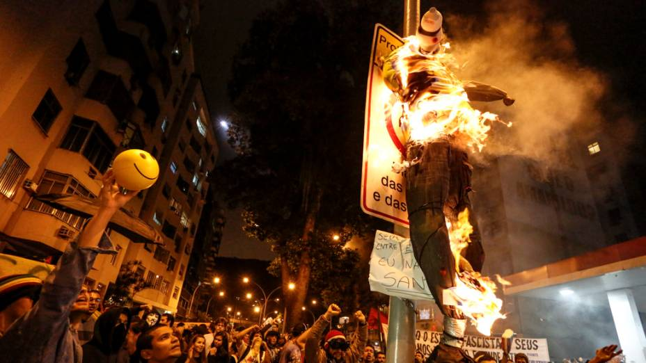 Manifestantes queimam boneco em frente ao Palácio Guanabara