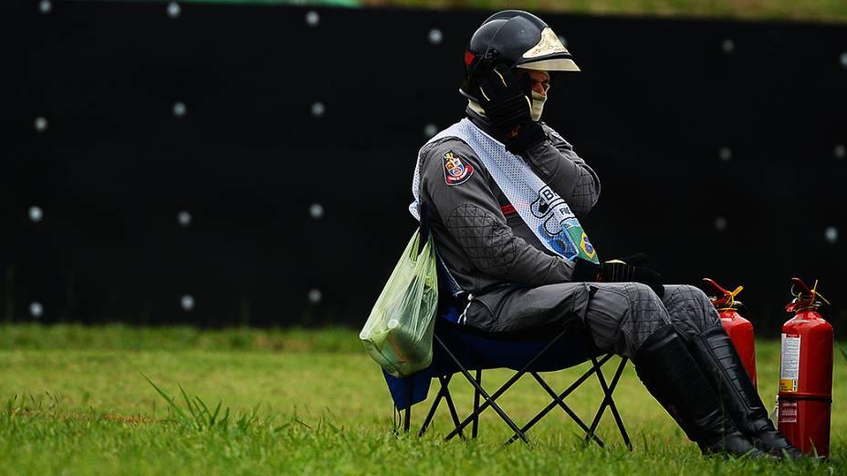 Bombeiro acompanha a corrida no circuito de Interlagos, em São Paulo