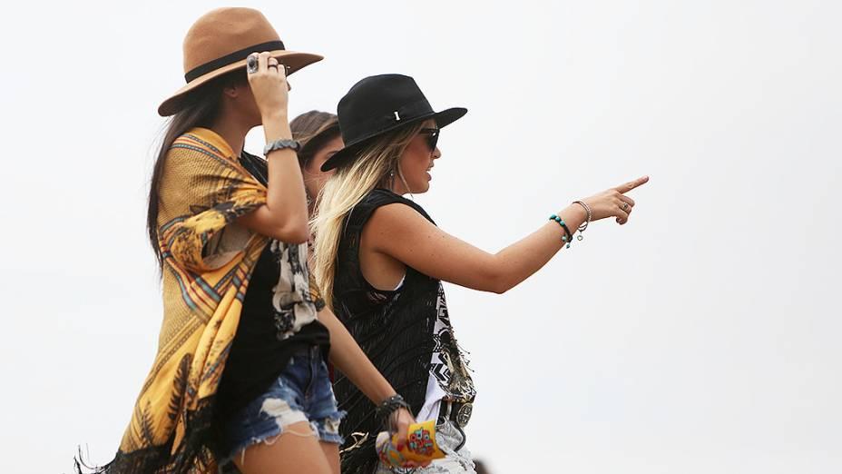Chapéus também foram incluídos nos figurinos no primeiro dia do Lollapalooza no Autódromo de Interlagos, em São Paulo
