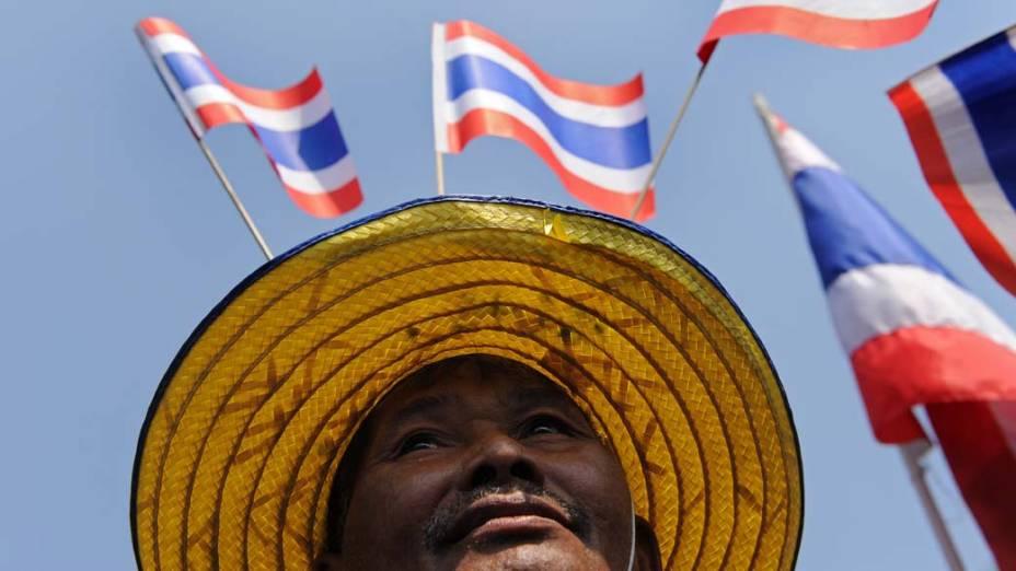 """Membro do movimento nacionalista """"Yellow Shirts"""" participa de manifestação em frente ao Palácio Royal em Bangcoc, Tailândia"""