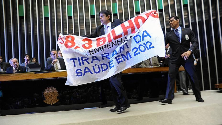 Parlamentar sobe à Mesa da Câmara com faixa de protesto sobre MP