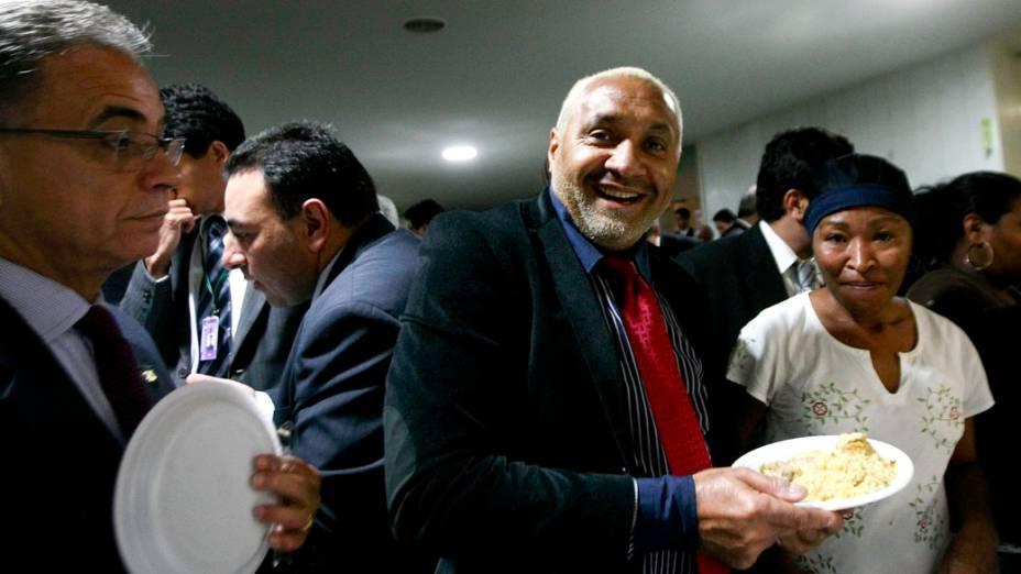 O deputado Tiririca, com colegas parlamentares, comeu galinhada e assistiu ao jogo da Libertadores no cafezinho da Câmara durante votação