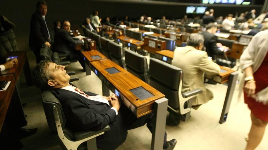 Deputado Darcisio Perondi (PMDB) dorme no plenário da Câmara dos Deputados durante a sessão de votação da MP dos Portos