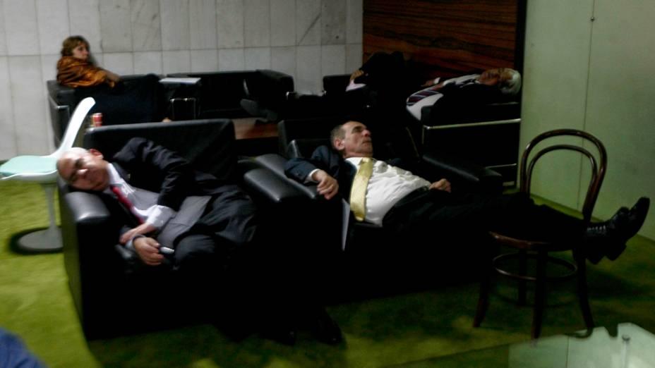 Deputados dormem no cafezinho da Câmara durante sessão de votação da MP dos Portos