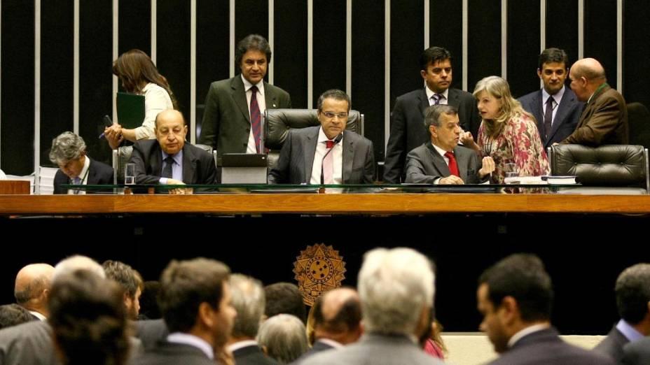 O presidente da Câmara, Henrique Alves, chegou a dizer que suspenderia a sessão às 7h30 da manhã, mas decidiu manter trabalhos