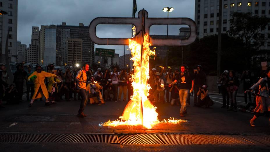 Manifestantes incendeiam catraca gigante durante protesto em São Paulo