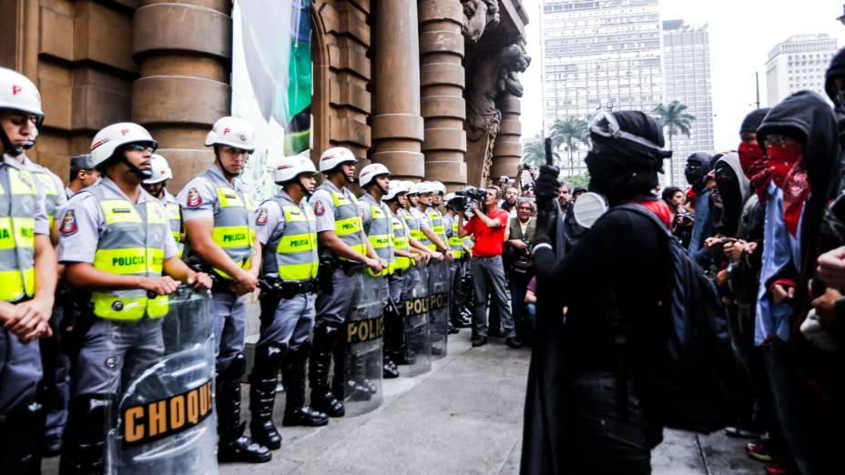 Tropa de choque em frente ao Theatro Municipal durante manifestação do MPL