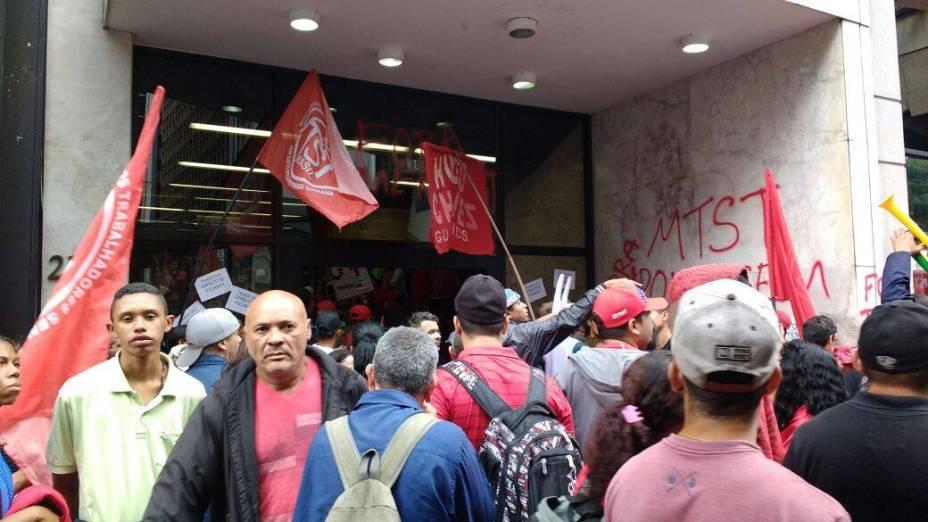 Movimento dos Trabalhadores Sem Teto (MTST) invadiram o hall do prédio que sedia o escritório da Presidência da República em São Paulo nesta quarta-feira