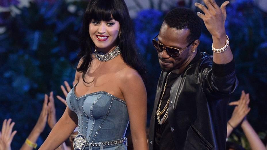 Singer Katy Perry com Juicy J., vencedora na categoria artista feminino