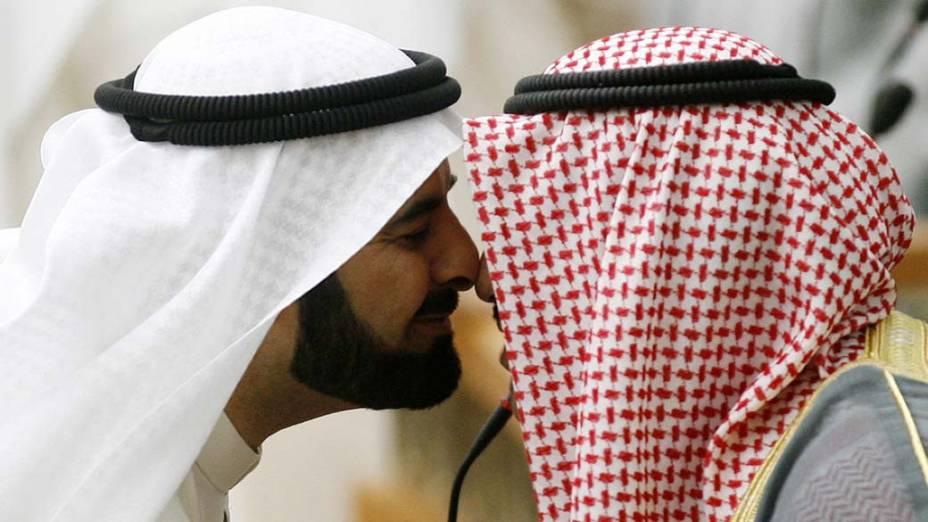 Mubarak al-Waalan cumprimenta o primeiro-ministro kuweitiano Nasser al-<br>  Mohammed al-Sabah, no início de uma sessão parlamentar na cidade do Kuweit