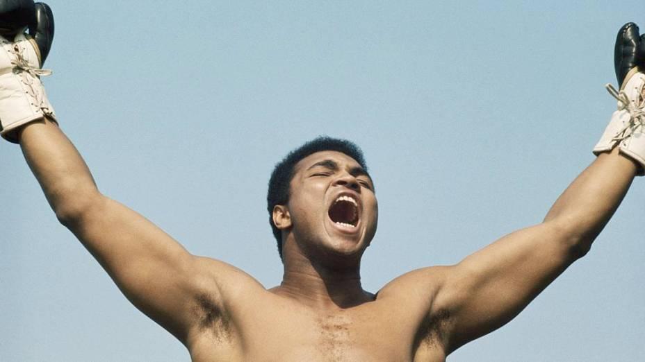 """Muhammad Ali durante treino para sua luta contra Al """"Blue"""" Lewis, na Irlanda, em 1972"""
