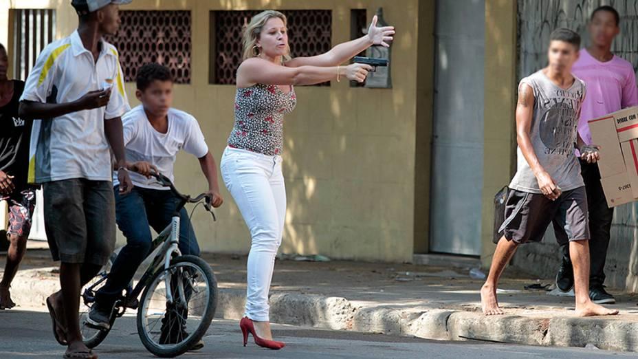 Uma mulher sacou uma arma durante confusão no entorno das favelas do Jacarezinho e Manguinhos no Rio