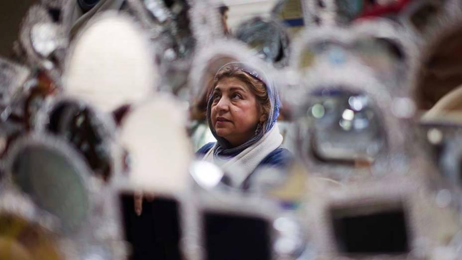 Mulher durante compras em bazar no Teerã, Irã
