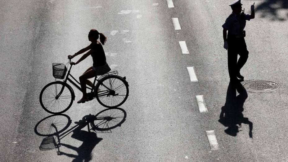 Ciclista nas ruas de Xangai, na China