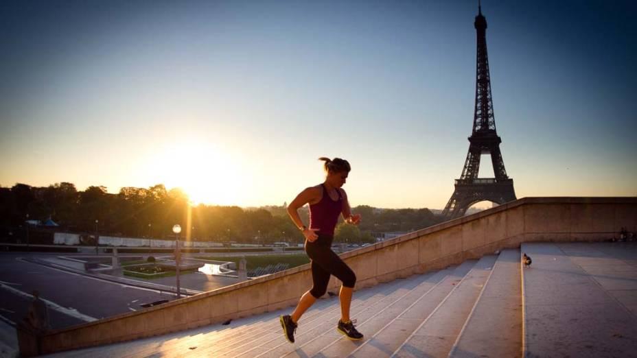 Mulher corre em Paris