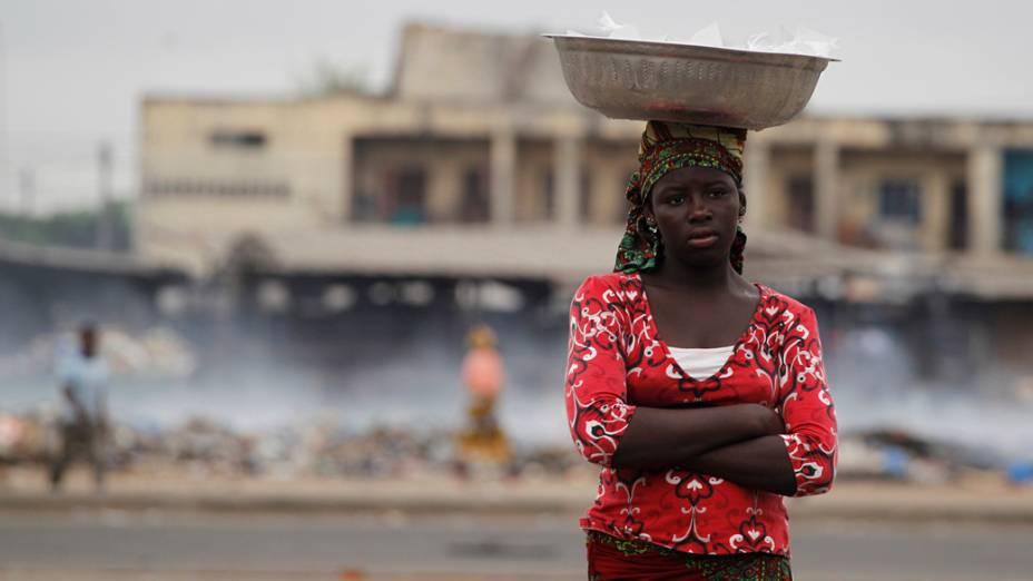 Garota na cidade de Abidjan, Costa do Marfim