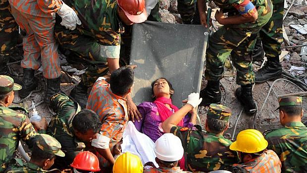Mulher é retirada com vida de escombros de prédio em Bangladesh