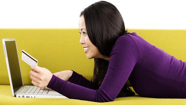 mulher-em-sofa-fazendo-compras-na-internet-original.jpeg