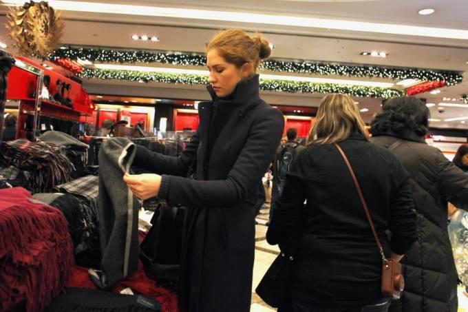 mulher-faz-compras-em-nova-york-em-dezembro-de-2012-original.jpeg