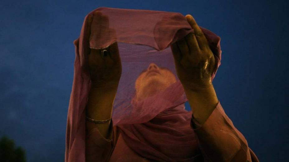 Mulçumana durante oração no santuário Hazratbal, nos arredores de Srinagar, na Caxemira indiana