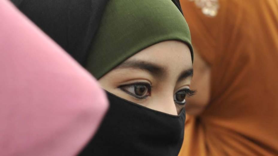 Mulher participa de orações em homenagem ao nascimento do profeta Maomé na cidade de Jacarta, Indonésia