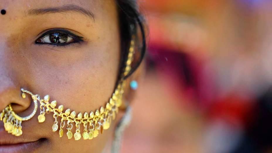 """Mulher """"Tharu"""" vestindo ornamentos tradicionais durante a corrida de Elefantes em Sauraha, Nepal"""